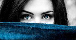 donna con occhi azzurri