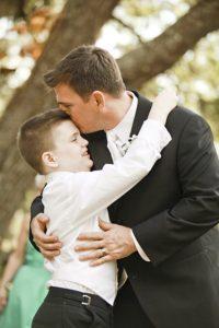 bambino autistico abbraccia il padre
