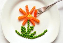 fiore disegnato con piselli e carote