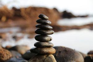 pietre in equilibrio sul mare