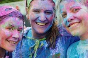tre ragazze che sorridono