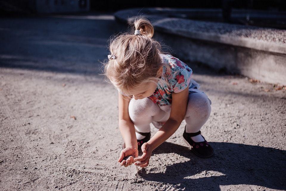 bimba con mani sporche si espone a rischio parassiti
