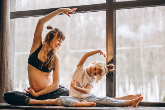 mamma e figlia che fanno yoga