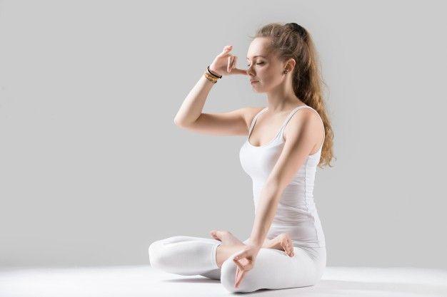 donna che pratica respirazione rilassante