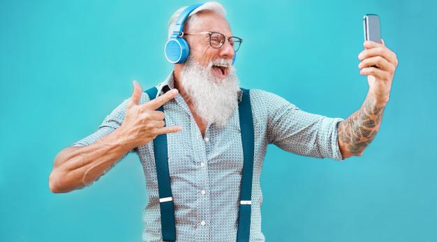 anziano giovanile con smartphone